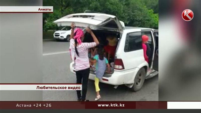 Мать из Алматинской области перевозит своих детей в багажнике