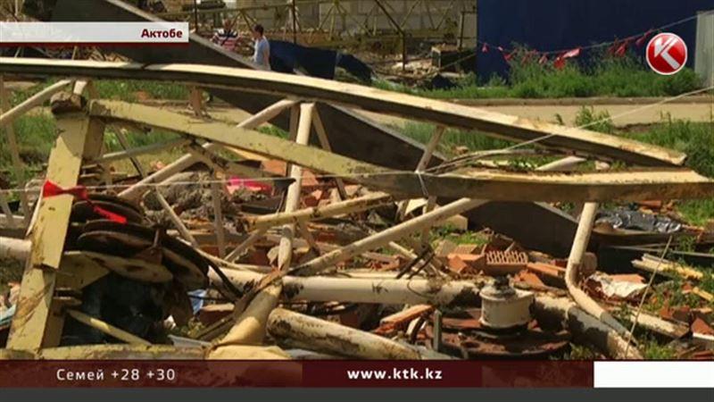 Во время непогоды в Актобе два строительных крана упали на многоэтажный дом