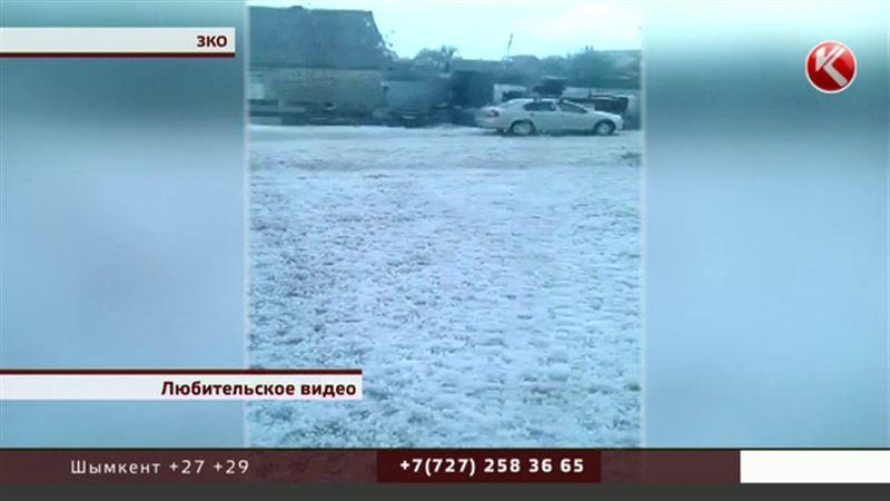 «Ледяные сугробы» среди лета шокировали жителей Западного Казахстана
