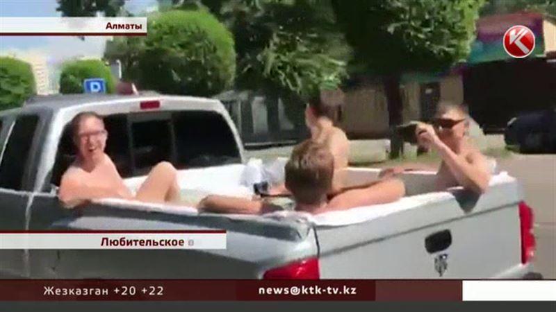 Водителя, который в пикапе-бассейне катал пассажиров по Алматы, оштрафуют