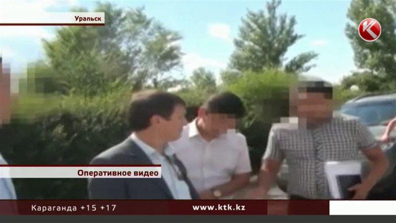 C колоссальной взяткой задержали начальника отдела департамента госдоходов по ЗКО