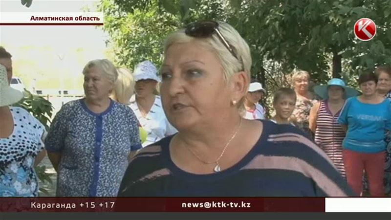 Жители Алматинской области едва не закидали акима тазами и ведрами