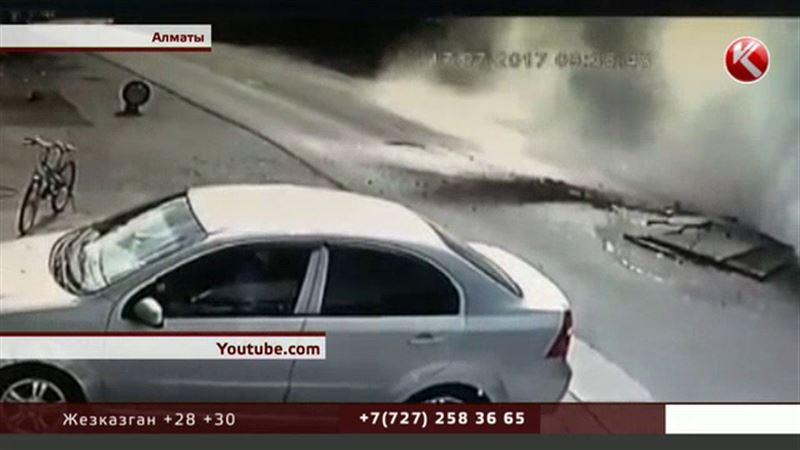 Двухметровый фонтан едва не убил человека в Алматы