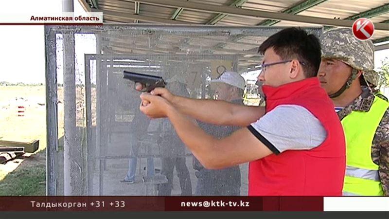 Казахстанским журналистами раздали оружие