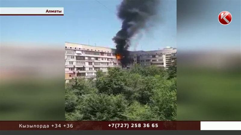 В центре Алматы полыхала многоэтажка