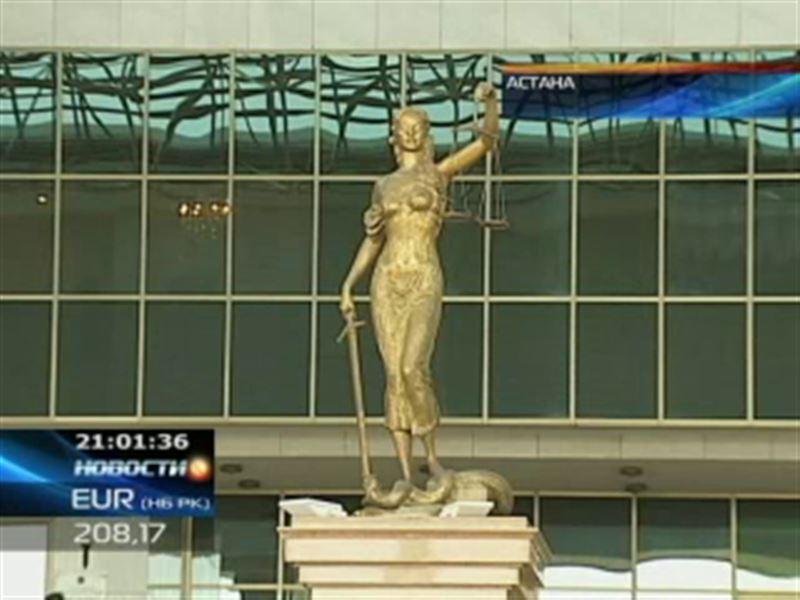 Сотрудники финансовой полиции доставили в следственный изолятор двух бывших судей Верховного суда