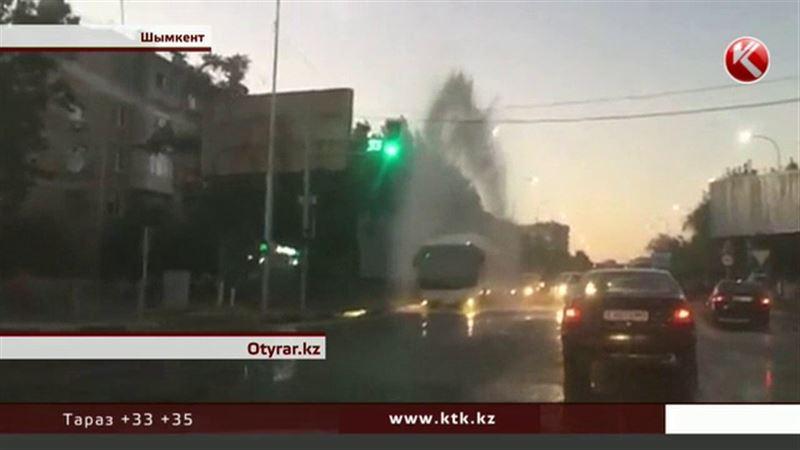 Шымкентские пожарные устроили горожанам водные процедуры
