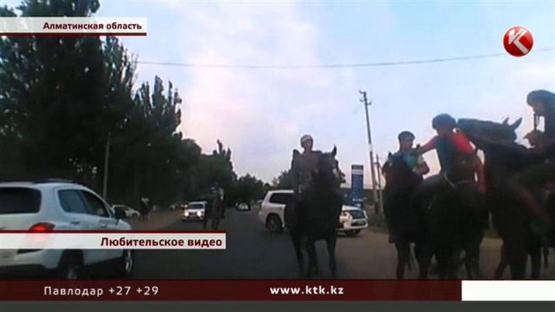Кокпар на дороге: наездники повредили машину автоледи