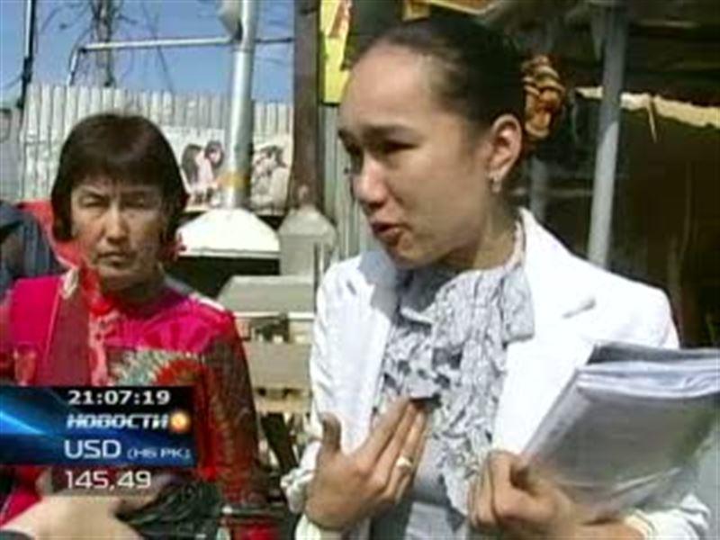На алматинской барахолке одна из торгующих женщин пыталась прилюдно поджечь себя