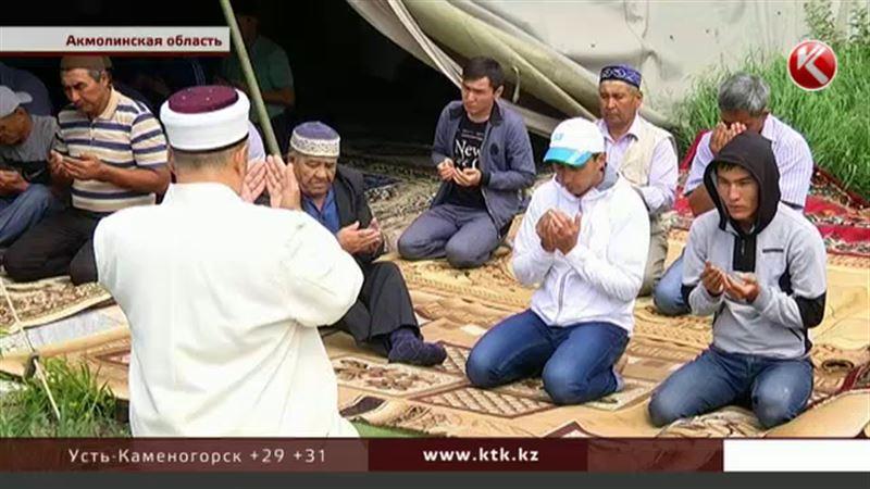 В Акмолинской области сельчане вынуждены молиться в палатке