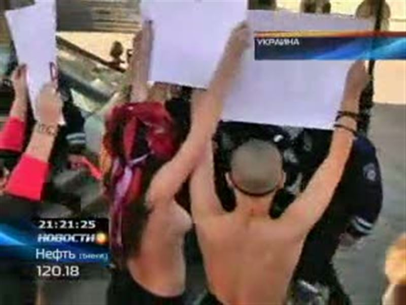 Обнаженной грудью по ядерной проблеме решили ударить активистки киевского движения FEMEN