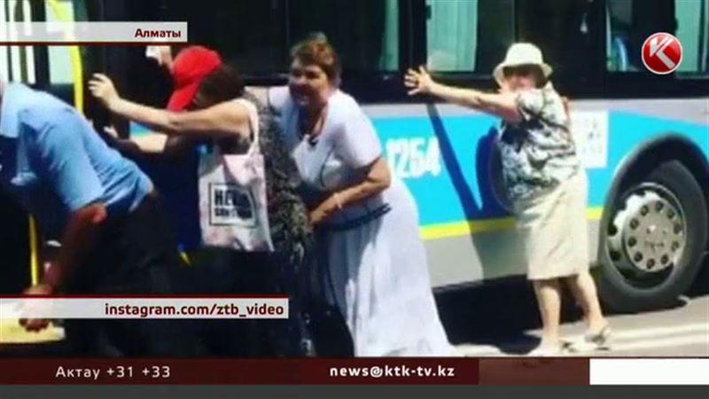 Алматинские бабушки пришли на помощь троллейбусу