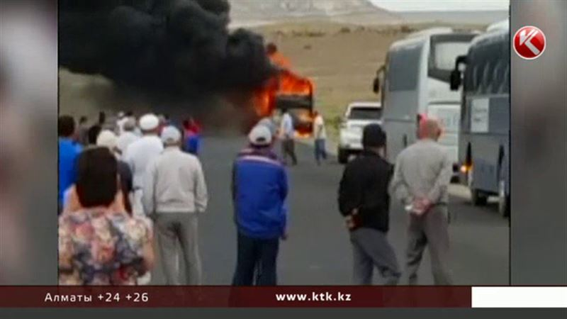 В Мангистауской области сгорел автобус, который вез на работу нефтяников