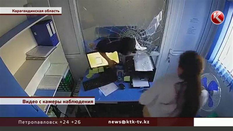 Угрожая ножом, житель Темиртау ограбил микрокредитную организацию