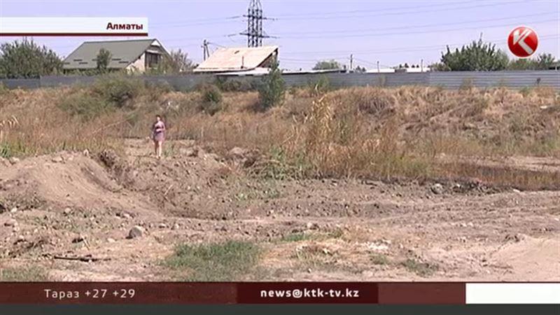 В Алматы целый микрорайон в плену зловония