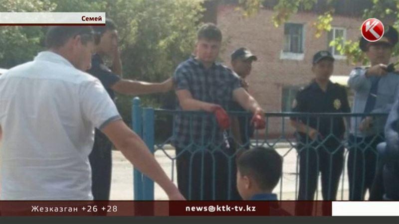 Мужчина с окровавленными руками ворвался в семейскую школу