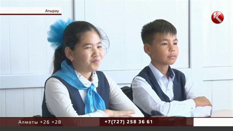 Мектепке сыймағандар: Атырауда оқушылар дәлізде оқуға мәжбүр