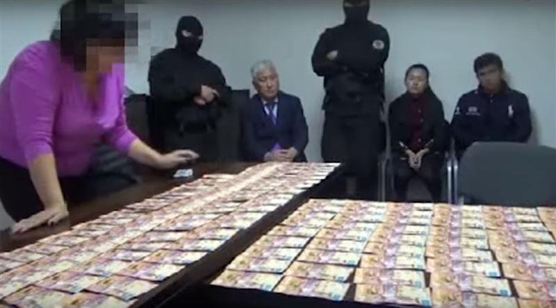 """Директор карагандинского """"Казахавтодора"""" и его зам пойманы с поличным за взятку в 17 миллионов"""