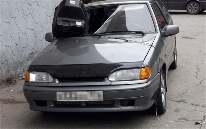 Из окна многоэтажки в Костанае на авто упал телевизор