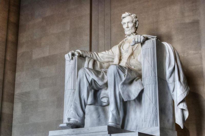 Студент из Кыргызстана поцарапал монетой мемориал Линкольна в США