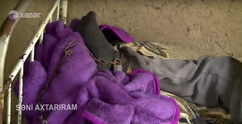 Родная мать из Азербайджана уже 20 лет держит сына на цепи