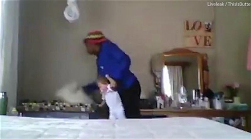Жестокое издевательство няни над ребенком попало на видео