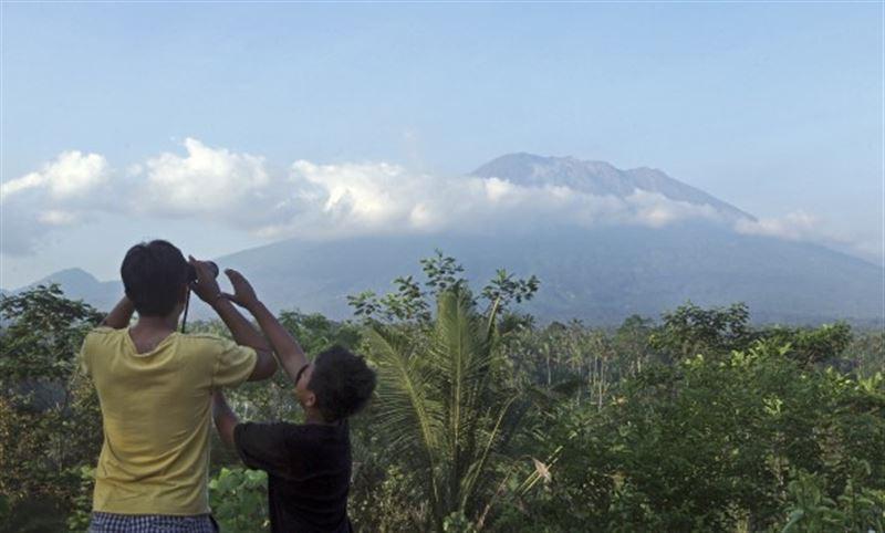 Тысячи человек эвакуировали из-за вулкана на Бали