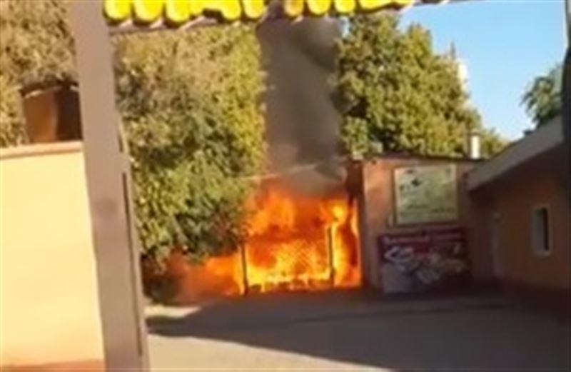 В кафе Шымкента потушили крупный пожар