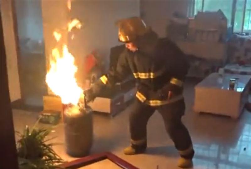 Китайские пожарные с риском для жизни вынесли из квартиры горящий газовый баллон