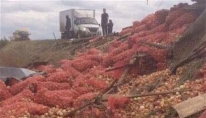 На трассе в Павлодарской области перевернулся грузовик с луком