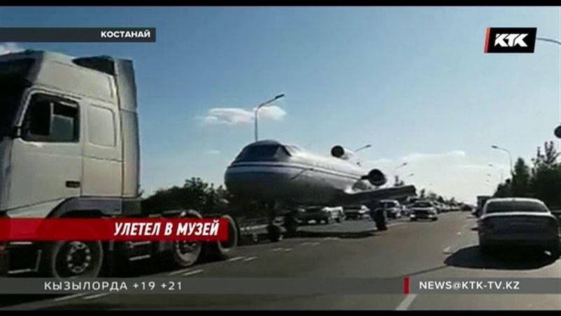 В Костанае по проезжей части разъезжал самолет