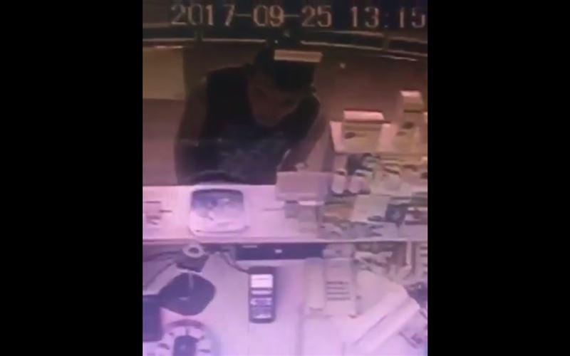 В Караганде видеокамера запечатлела мужчину, ограбившего аптеку