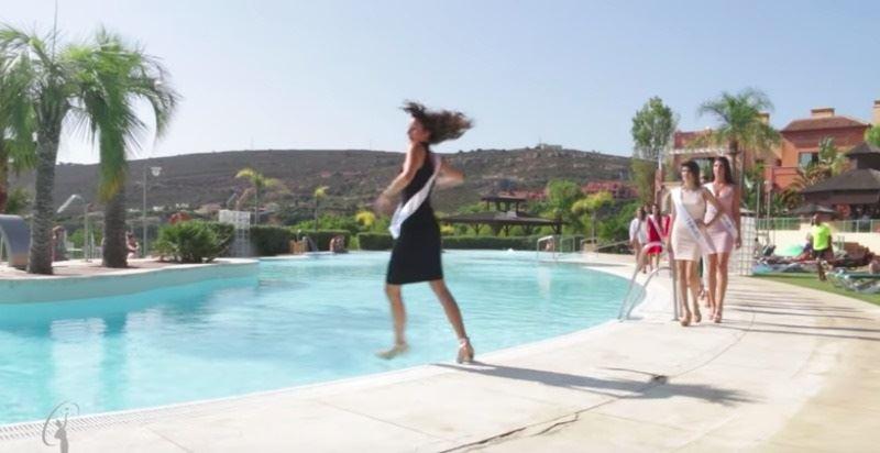 Участница конкурса красоты упала в бассейн во время дефиле