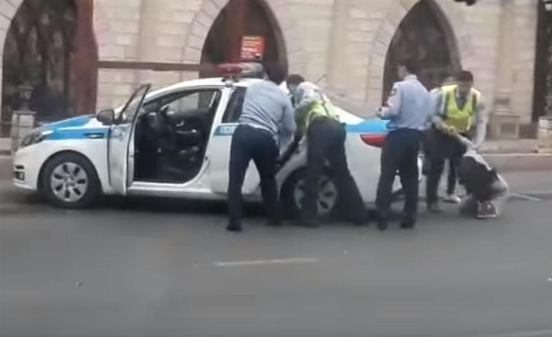 ВИДЕО: в Шымкенте при сопротивлении, девушку ударил в живот полицейский