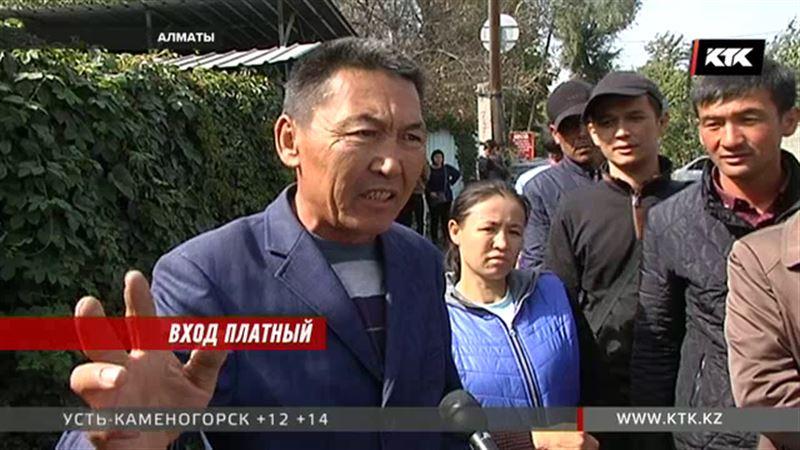 Пришедшие в китайское консульство в Алматы заявляют о взятках