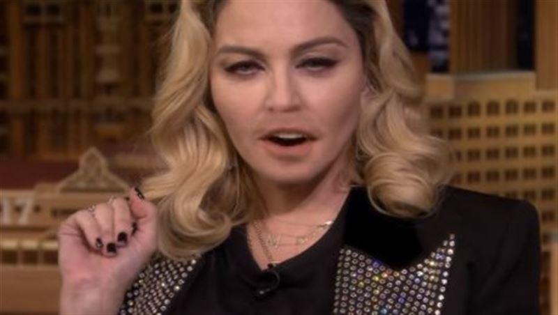 Мадонна на ток-шоу спародировала Ким Кардашьян