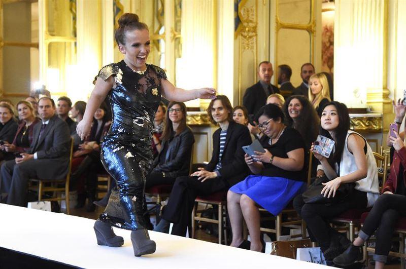 Модели-карлики вышли на подиум в Париже