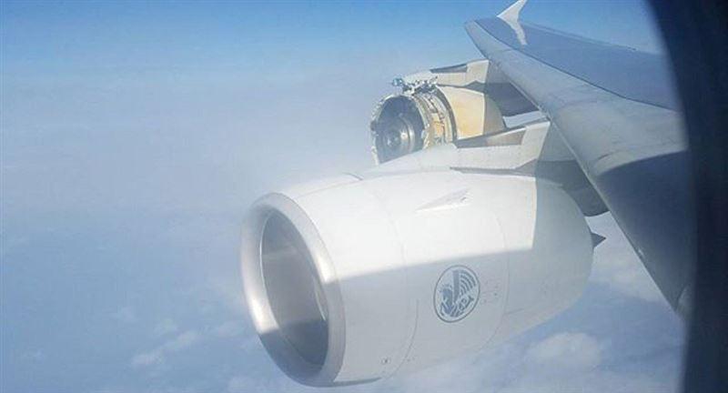У пассажирского самолета во время полета разрушилась обшивка двигателя