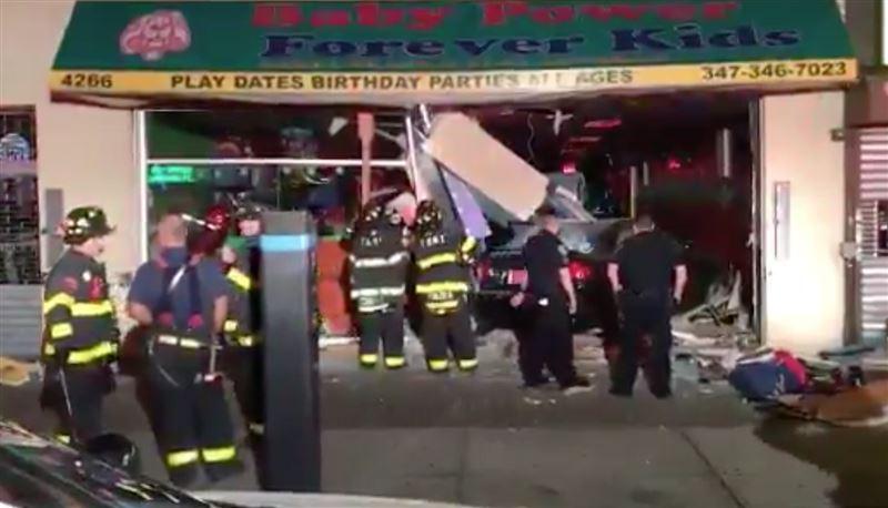 Машина протаранила детский магазин в Нью-Йорке
