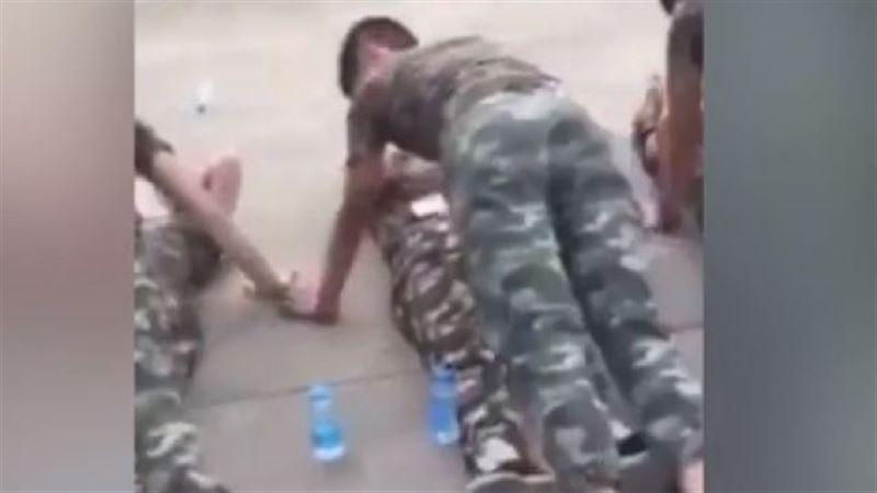 Сеть возмутило видео с курсантами в Китае, выполняющими отжимания над девочками