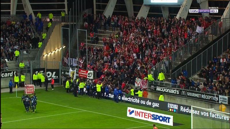 ВИДЕО: Во Франции во время футбольного матча рухнула трибуна со зрителями
