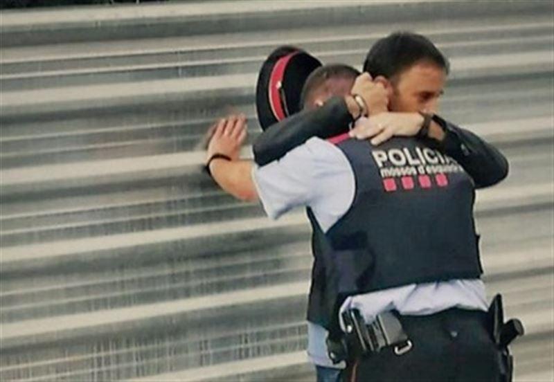 В Сети набирает популярность фото плачущего каталонского полицейского