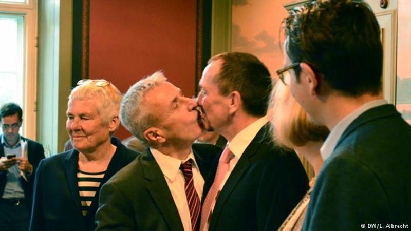 В Германии начали регистрировать однополые браки