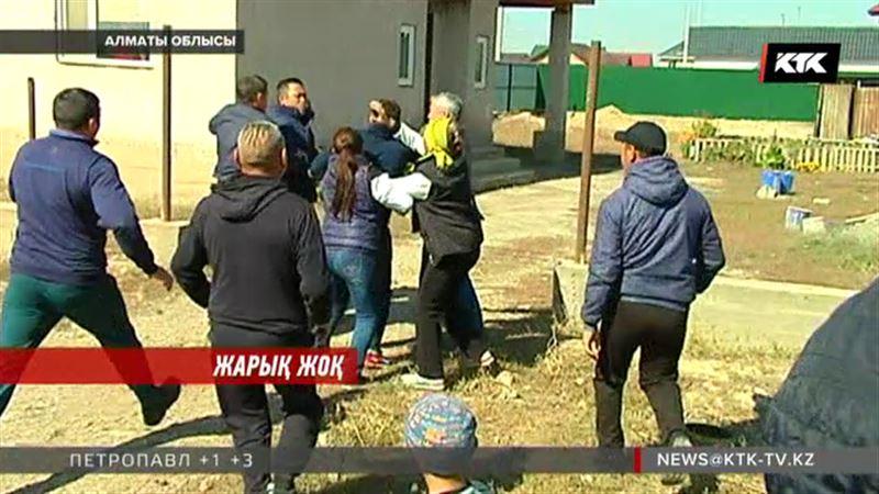 Алматы облысында тұрғындар трансформатор үшін әкімнің жағасынан алмақ болды