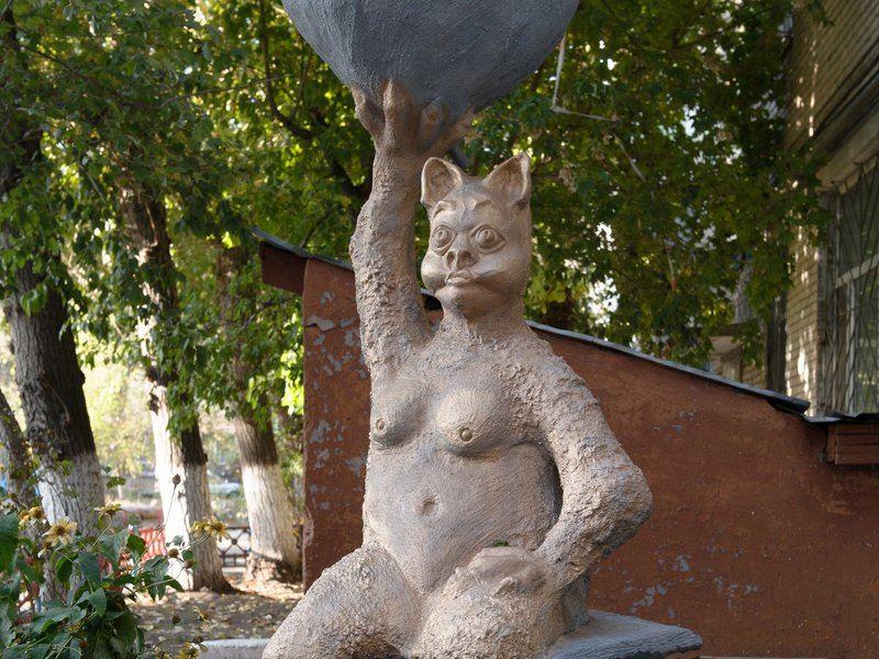 Жителей Костаная взбудоражила скульптура «голой» кошки