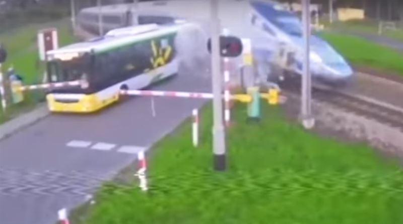 Поезд на полном ходу протаранил пассажирский автобус