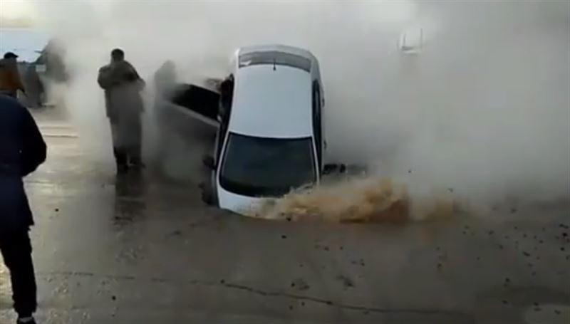 В Петропавловске машины провалились в яму с кипятком