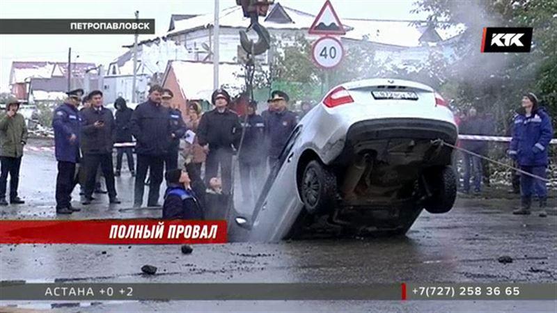 В Петропавловске в глубокую яму на дороге угодила машина