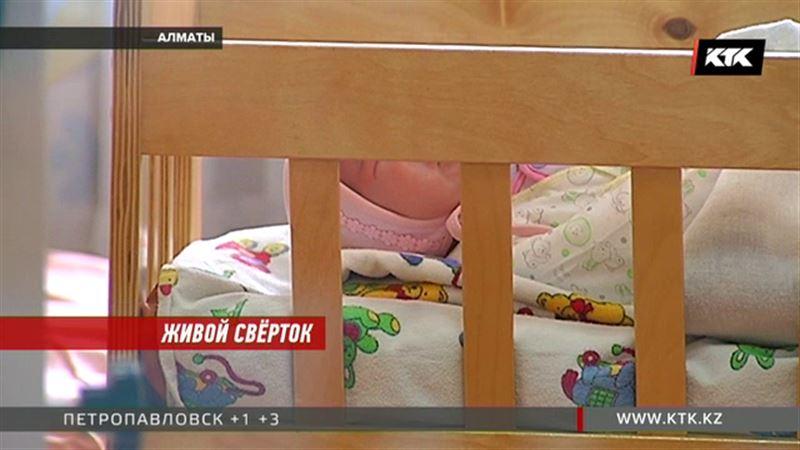 Младенца в кустах обнаружили прохожие в Алматы