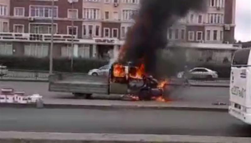 В Астане на трассе загорелась «Газель»